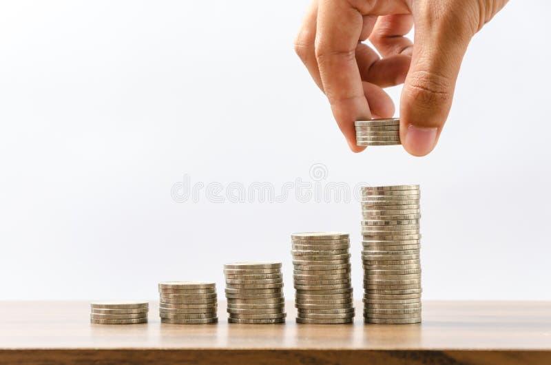 Hand, die Geld vom Wachsen steckt stockbild