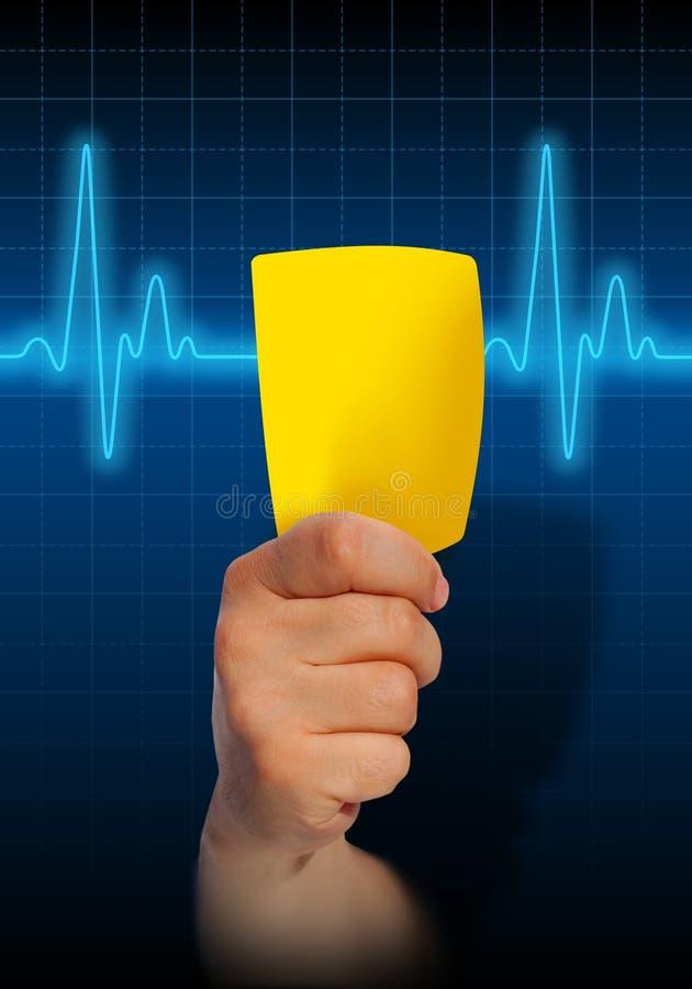 Hand die gele kaart op de monitor van het harttarief houden vector illustratie