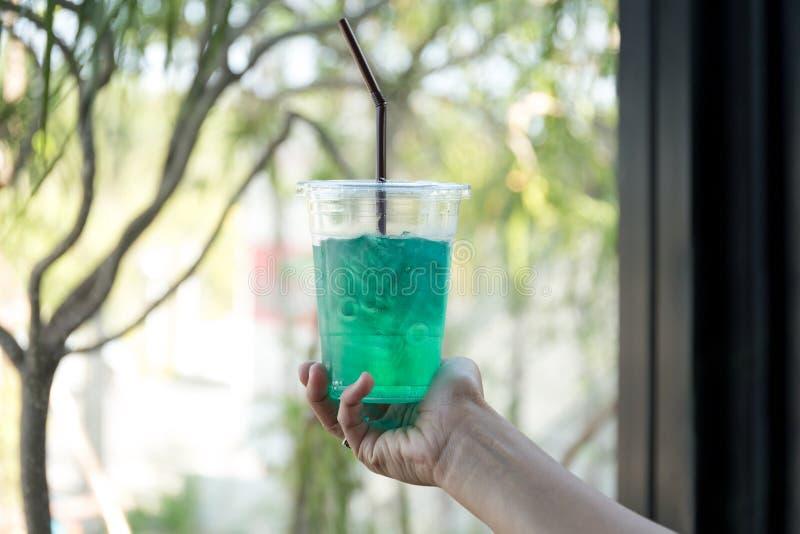 Hand die gezonde verfrissing groene drank houden stock afbeeldingen