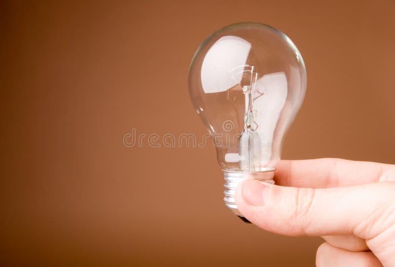 Hand, die Glühlampe anhält   lizenzfreie stockbilder