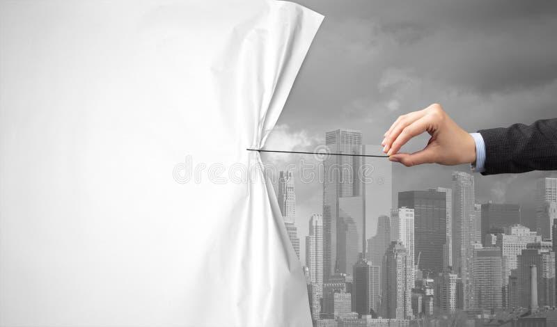Hand die groen cityscape gordijn trekken aan grijze cityscape stock afbeelding