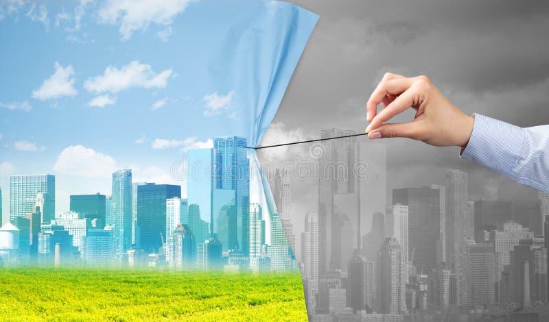 Hand die groen cityscape gordijn trekken aan grijze cityscape royalty-vrije stock foto