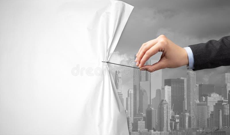Hand die groen cityscape gordijn trekken aan grijze cityscape stock afbeeldingen