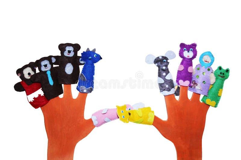 Hand die 5 handpoppen dragen: hond, haan, kat, muis, varken op wit wordt geïsoleerd dat royalty-vrije stock foto