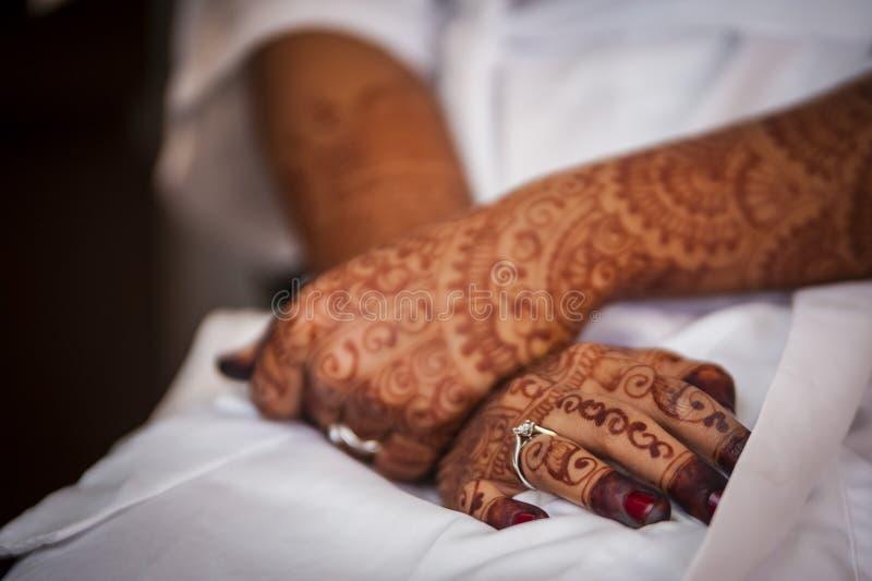 Hand die Henna draagt royalty-vrije stock afbeelding
