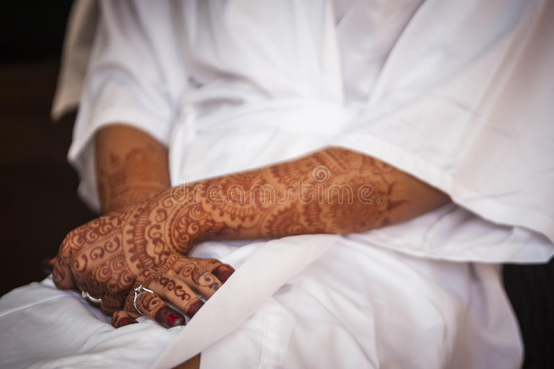 Hand die Henna draagt stock foto's