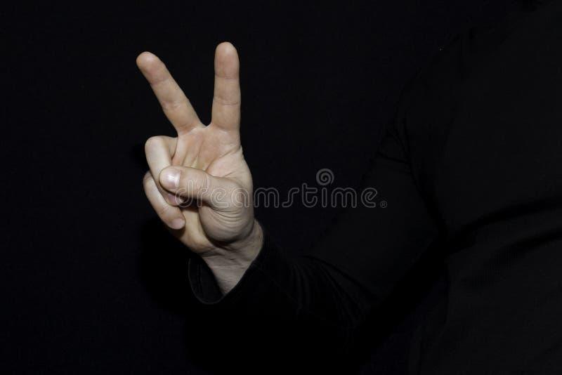 Hand die het teken van overwinning en vrede toont Mensenhand die p gesturing royalty-vrije stock afbeelding