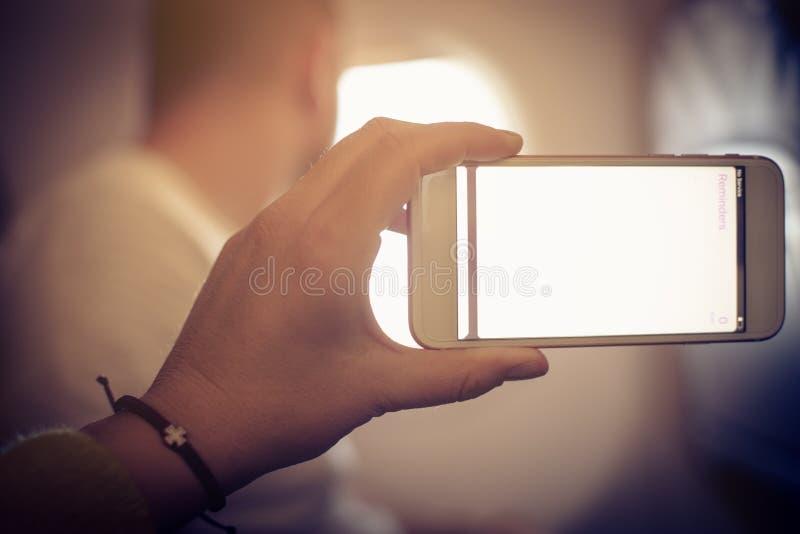 Hand, die intelligentes Telefon mit leerem Bildschirm hält lizenzfreie stockbilder