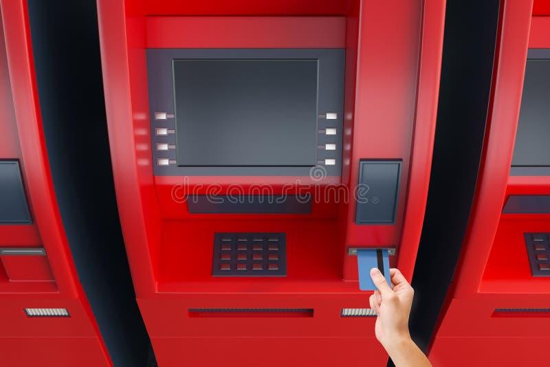 Hand die kaart in ATM-machine zetten stock fotografie