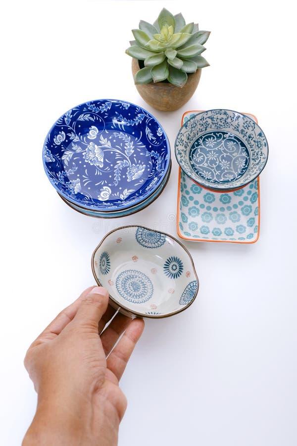 Hand, die keramische Platte hält lizenzfreies stockbild