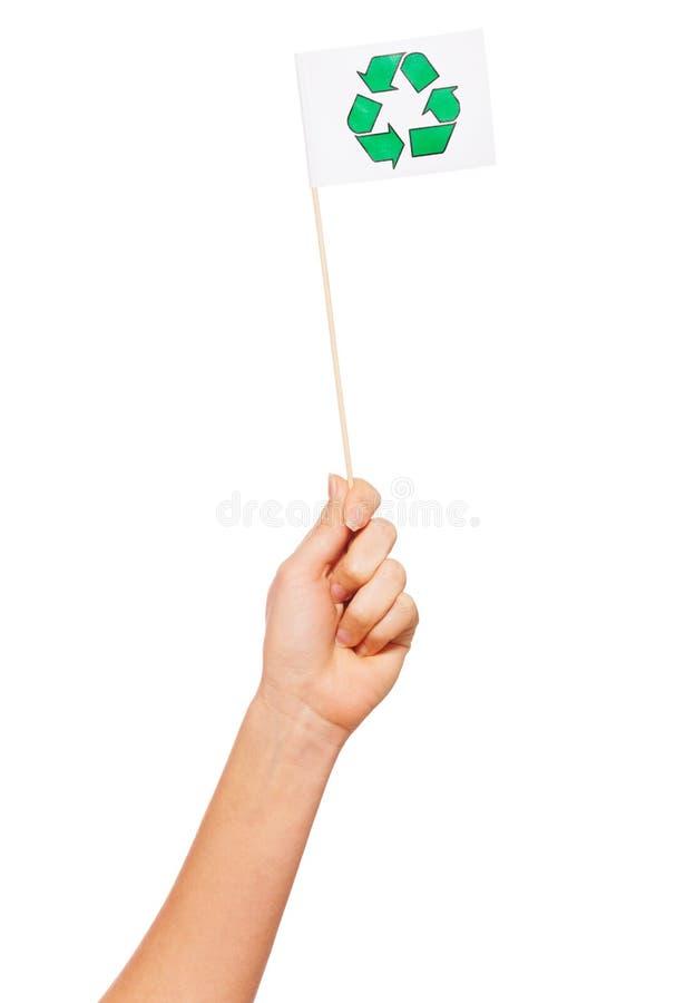 Hand die kleine document vlag met het recycling van pictogram houden royalty-vrije stock afbeelding