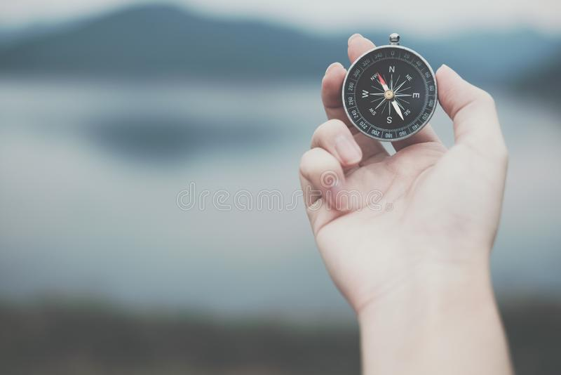 Hand, die Kompass für das Suchen von Richtung im Freien hält Mann seekin lizenzfreies stockbild