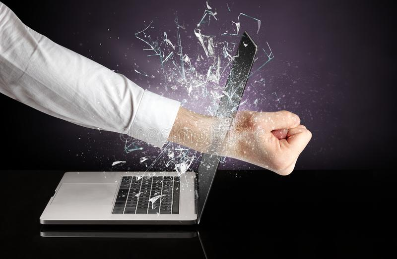Hand, die Laptopschirmschirm schlägt stockbild