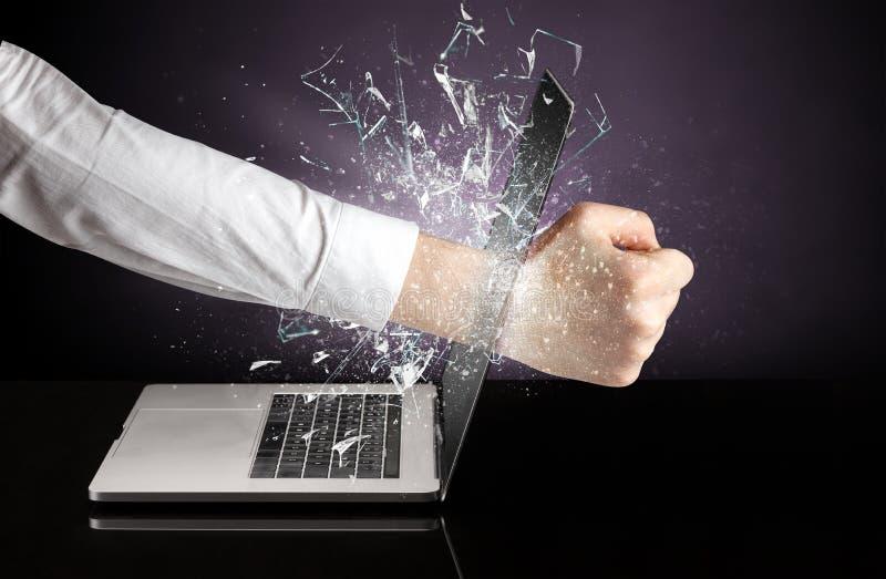 Hand, die Laptopschirmschirm schl?gt lizenzfreie stockfotos