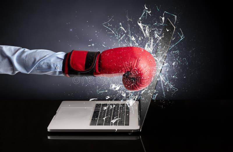 Hand, die Laptopschirmschirm schl?gt stockbilder