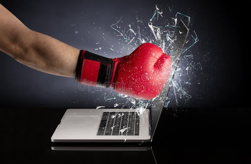 Hand, die Laptopschirmschirm schl?gt stockfotografie