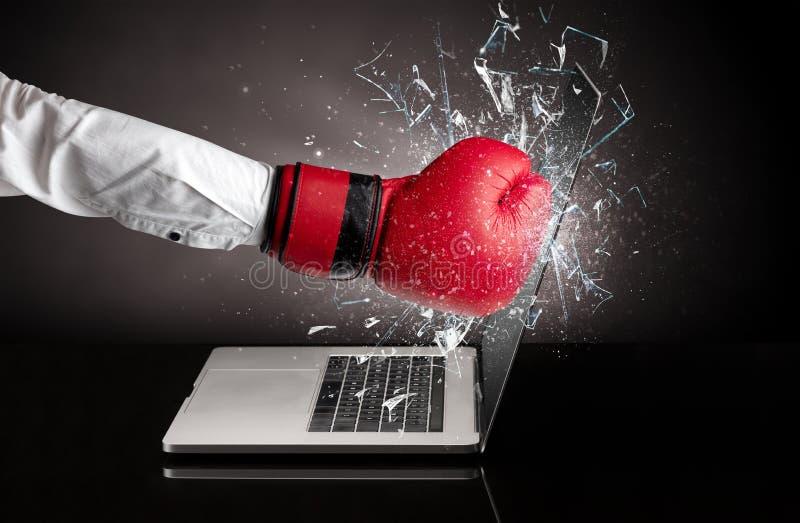 Hand, die Laptopschirmschirm schl?gt lizenzfreies stockbild