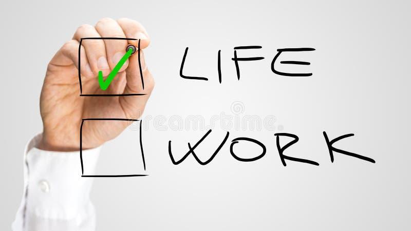Hand, die Leben-Kasten über Arbeits-Wahl überprüft stockbilder