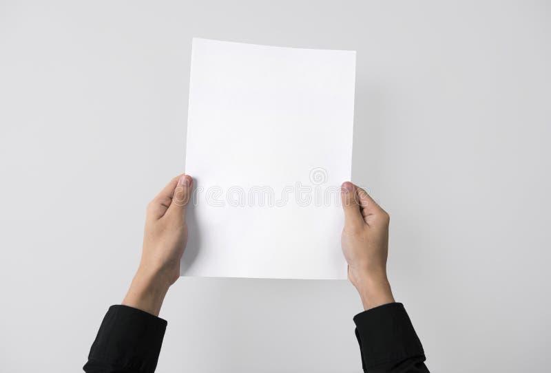 Hand die lege document A4 vlieger voor het embleemmerk van het modelmalplaatje tonen royalty-vrije stock foto's