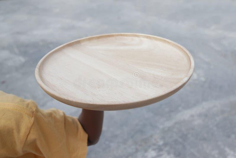 Hand die lege houten plaat houden stock fotografie