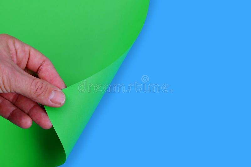 Hand die lege pagina van Groenboek draaien royalty-vrije stock afbeelding