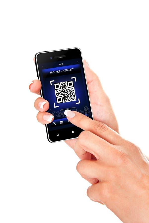 Hand die mobiele die telefoon met het scherm houden van de qrcode over whit wordt geïsoleerd royalty-vrije stock afbeelding