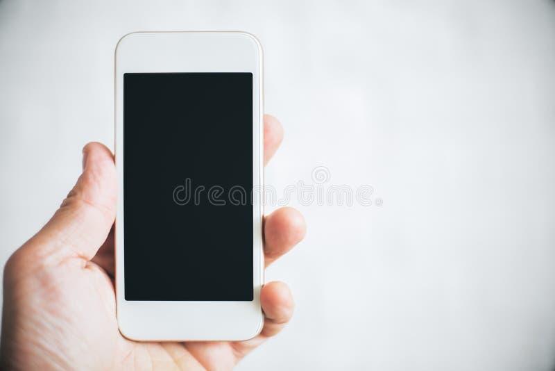 Hand, die Mobiltelefon hält lizenzfreies stockbild