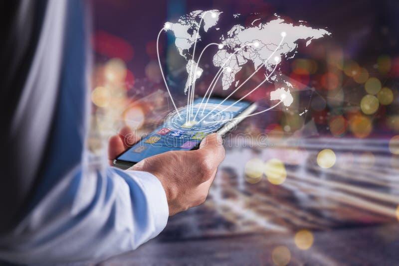 Hand, die modernen Kommunikationstechnologiehandy hält stockfoto