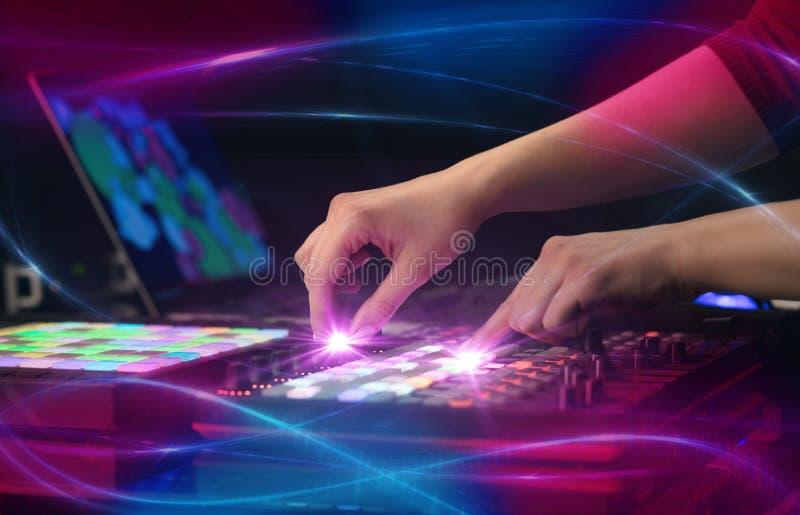 Hand die muziek op het controlemechanisme van DJ mengen met golf vibe concept royalty-vrije stock foto