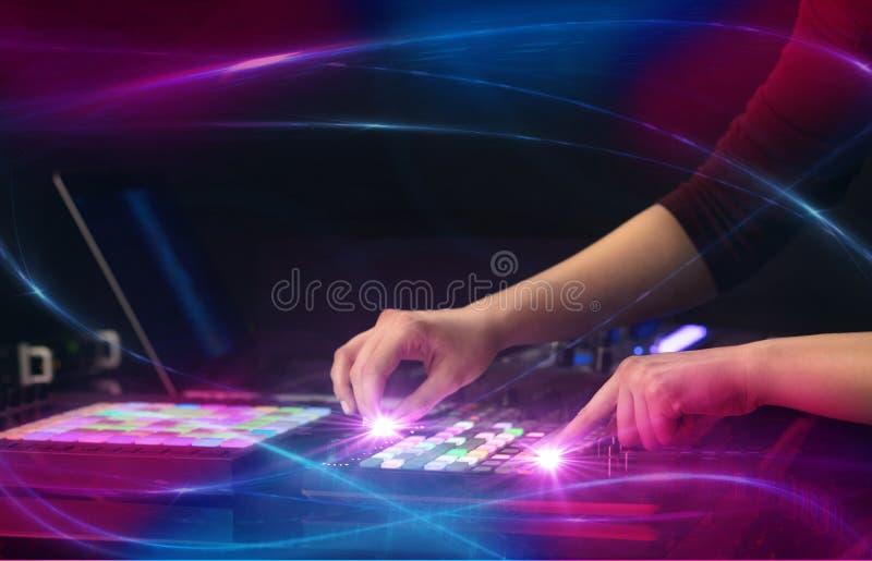 Hand die muziek op het controlemechanisme van DJ mengen met golf vibe concept stock foto's