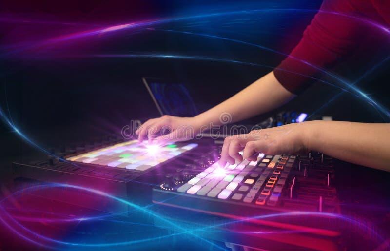 Hand die muziek op het controlemechanisme van DJ mengen met golf vibe concept royalty-vrije stock fotografie