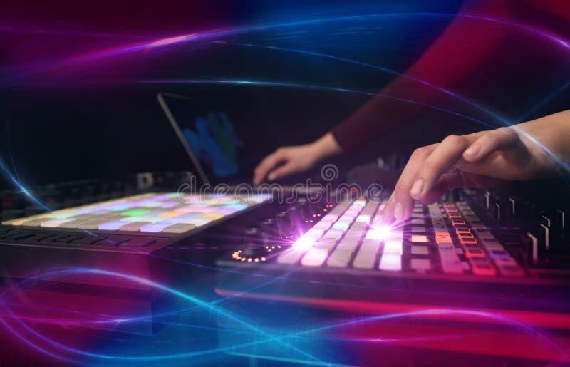 Hand die muziek op het controlemechanisme van DJ mengen met golf vibe concept royalty-vrije stock foto's