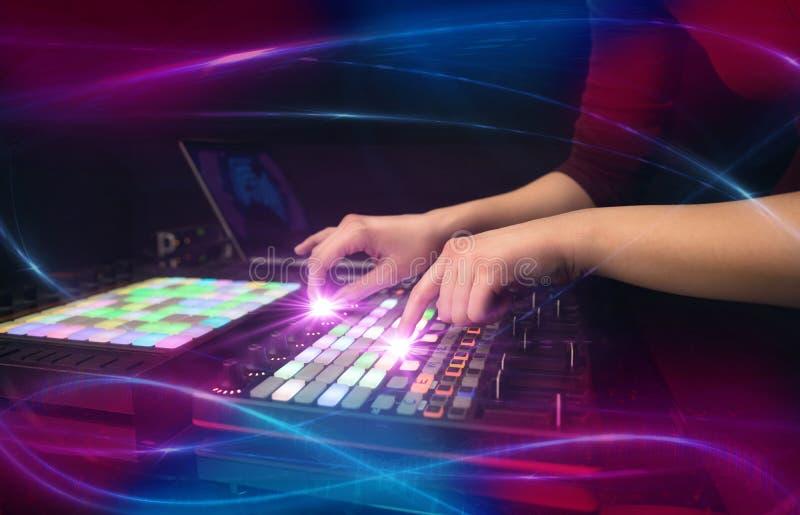 Hand die muziek op het controlemechanisme van DJ mengen met golf vibe concept royalty-vrije stock afbeelding