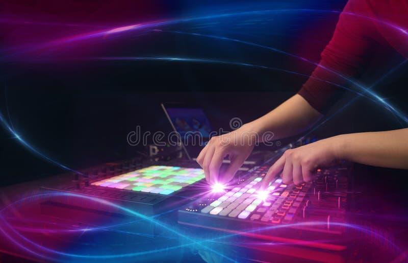 Hand die muziek op het controlemechanisme van DJ mengen met golf vibe concept stock afbeeldingen