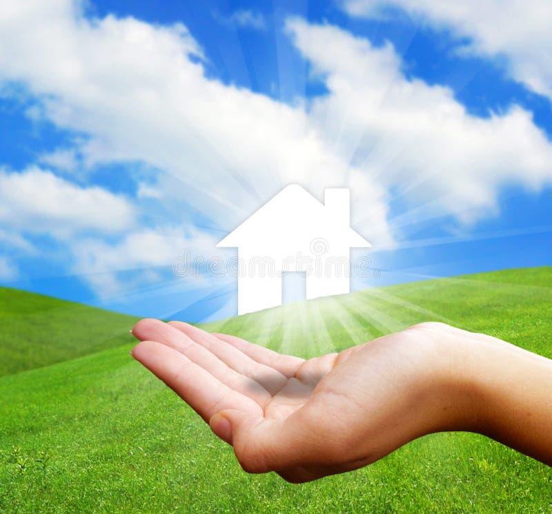 Hand, die neues Haus hält lizenzfreie stockfotos