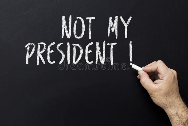 Hand die niet mijn voorzitter met wit krijt op bord schrijven royalty-vrije stock afbeelding