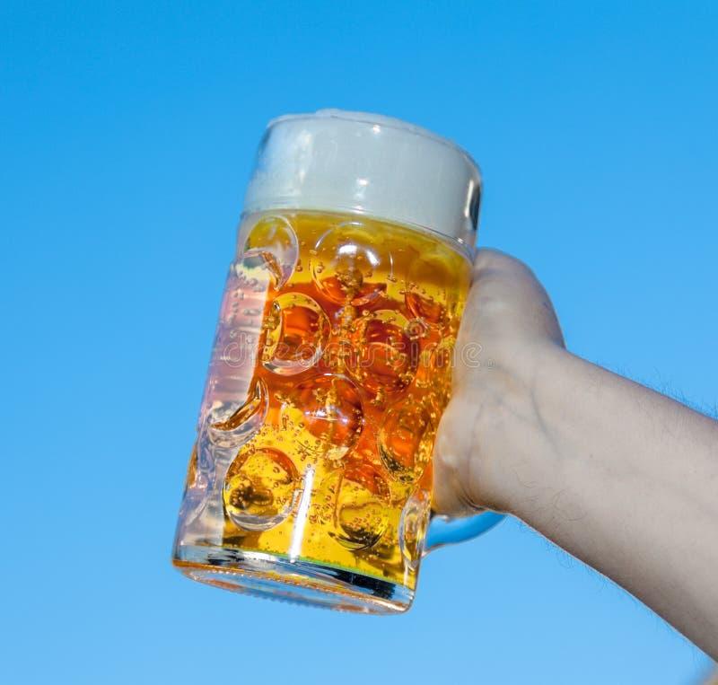 Hand, die Oktoberfest-Bier hält lizenzfreie stockfotos