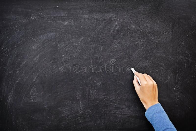 Hand die op de lege ruimte van het bordexemplaar schrijft stock afbeelding