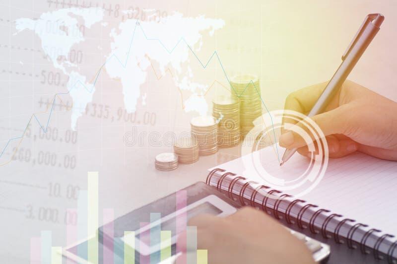 Hand die op document en perscalculator met stapel van geldmuntstuk op lijst, concept in financiën, rekening en hoofdbankwezen sch stock afbeelding