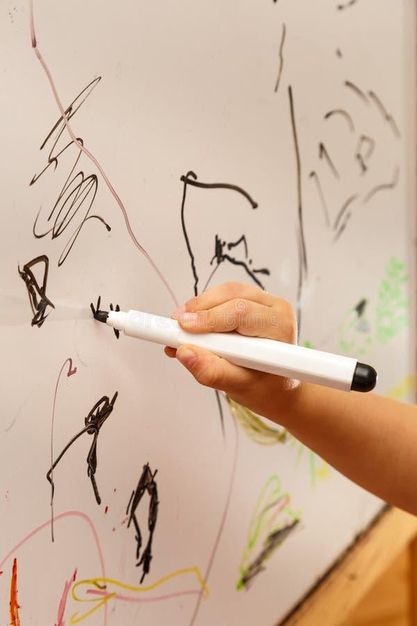 Hand die op een whiteboard trekken royalty-vrije stock foto's
