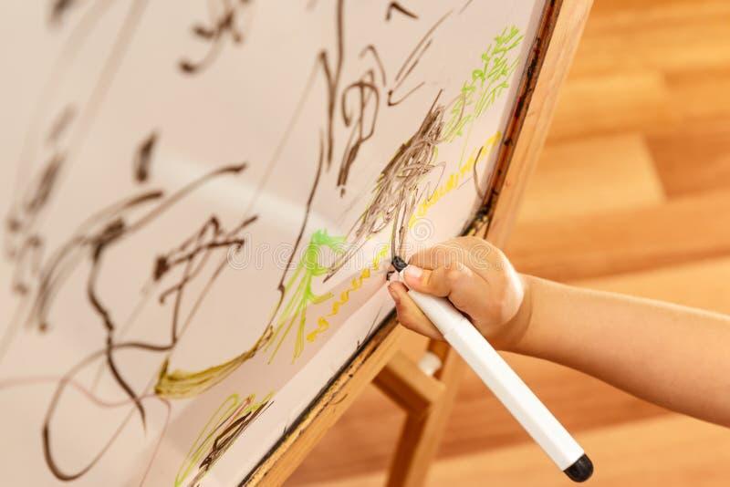 Hand die op een whiteboard trekken royalty-vrije stock afbeeldingen