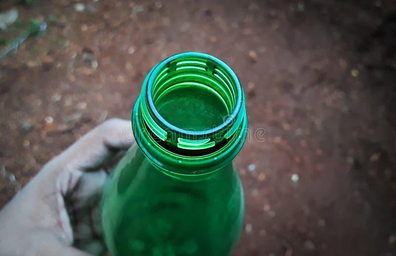 Hand, die Plastikflasche h?lt stockbilder