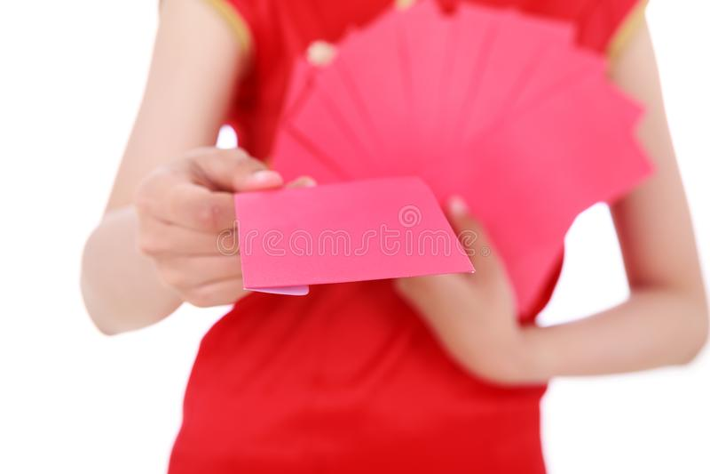 Hand die rode enveloppen in concept gelukkig Chinees nieuw jaar i geven stock afbeelding