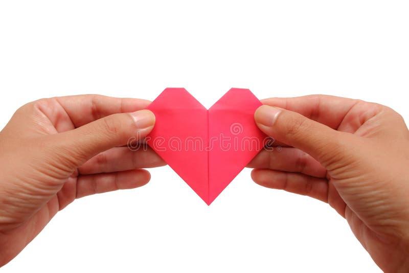 Hand die rode hartdocument origami op witte achtergrond houden royalty-vrije stock fotografie