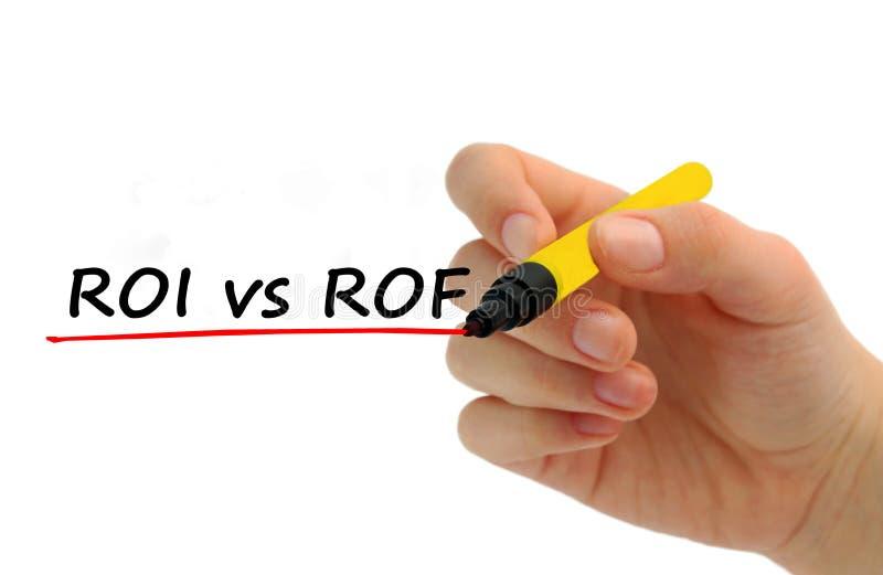 Hand die ROI versus ROF met rode teller schrijven stock fotografie