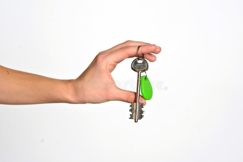Hand die die sleutels geven op witte achtergrond worden geïsoleerd royalty-vrije stock foto's