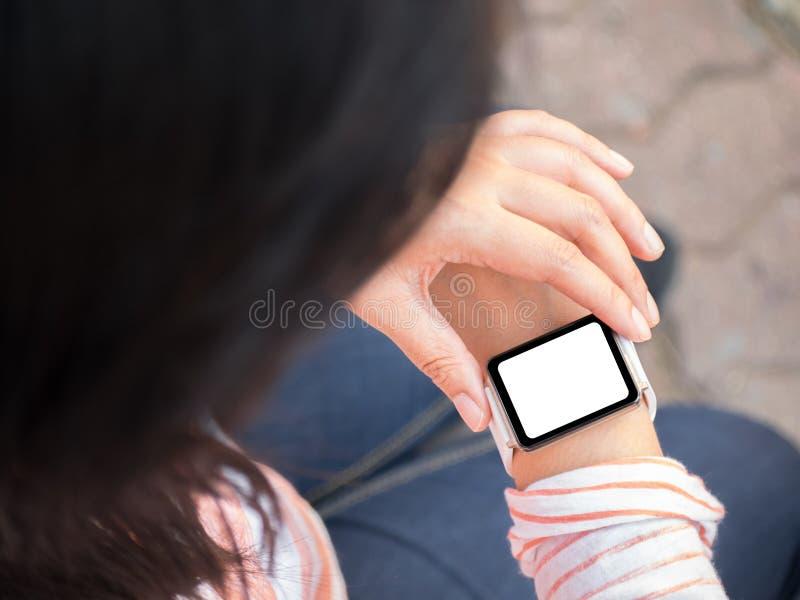 Download Hand die smartwatch dragen stock foto. Afbeelding bestaande uit muziek - 54081602