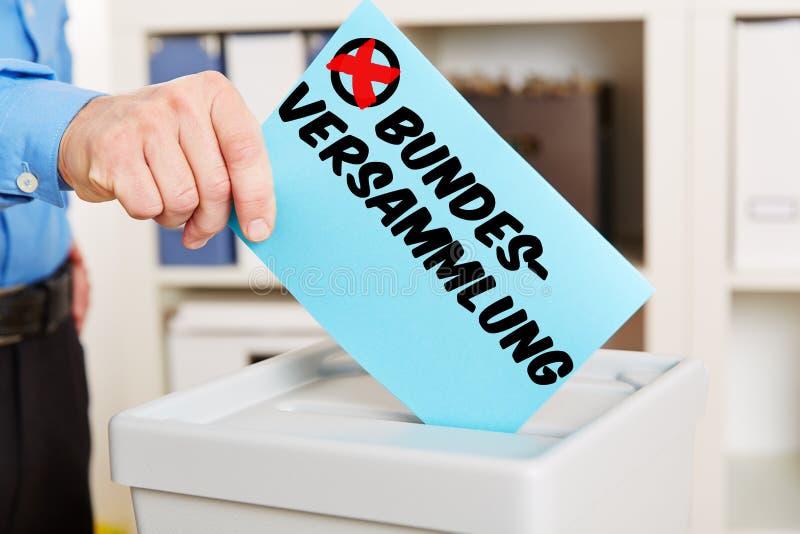 Hand die stembriefje voorleggen in vakje royalty-vrije stock fotografie