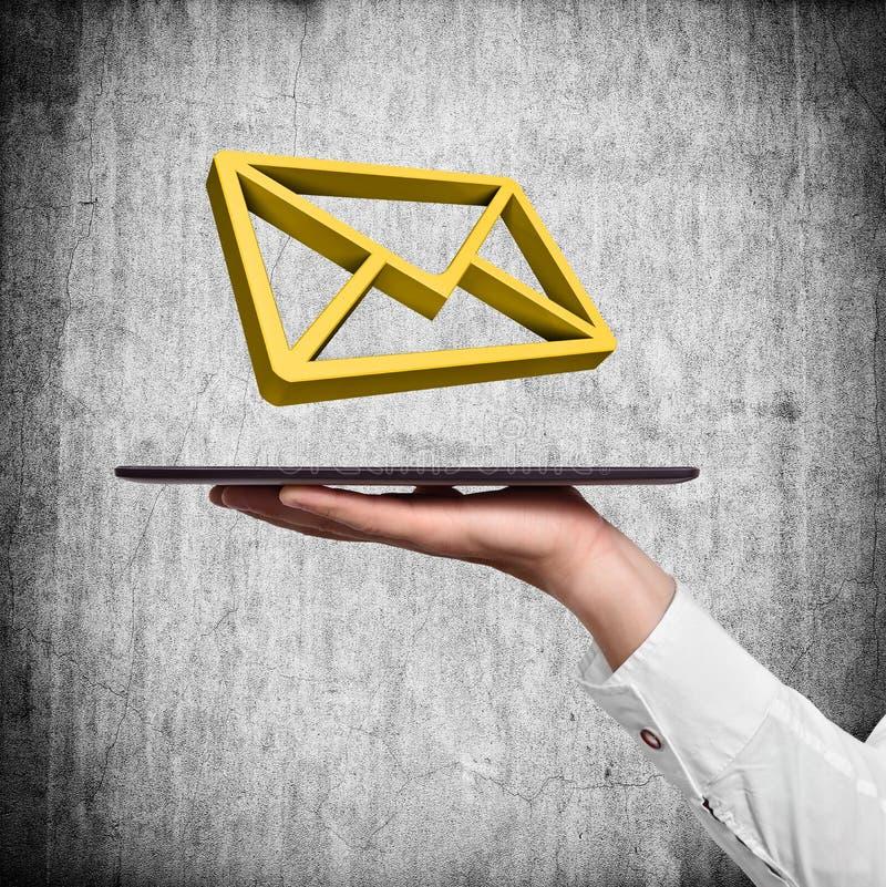 Hand, die Tablette mit E-Mail hält stock abbildung