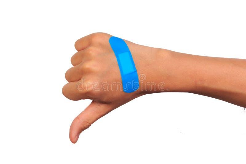 Hand die teken maken die zelfklevend verband of pleister zetten pleister op een besnoeiing stock foto